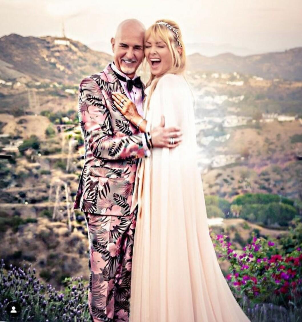 Bruden Izabella Scorupco med vännen Micael Bindefeld efter vigseln i Hollywood Hills.
