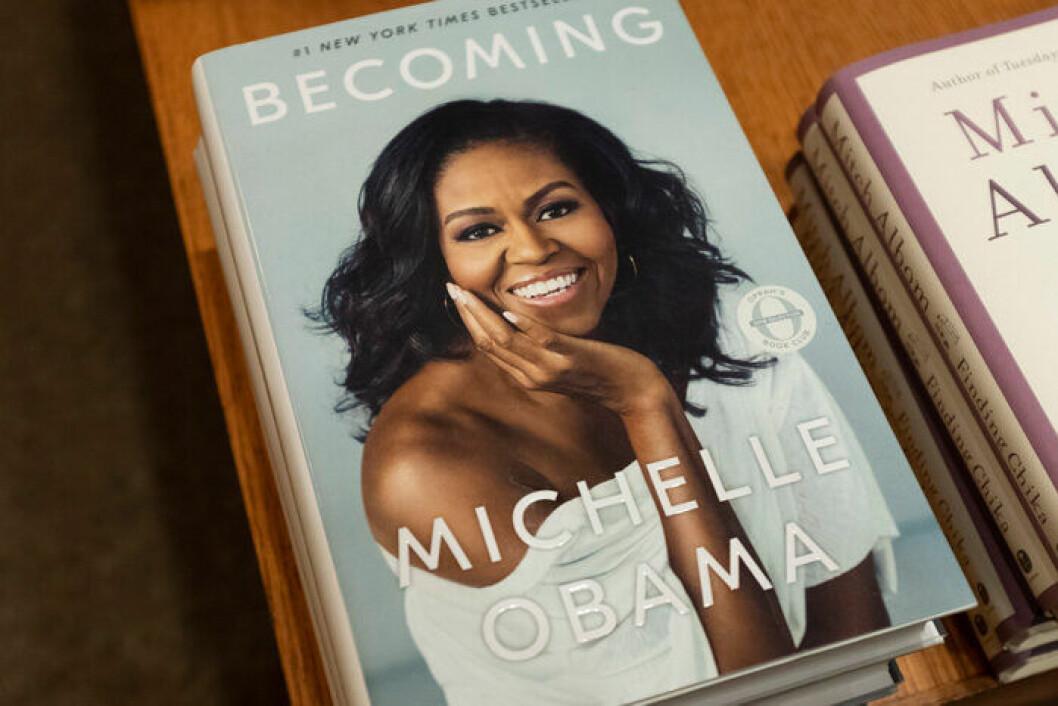 En bild på Michelle Obamas bästsäljande memoarer Becoming.