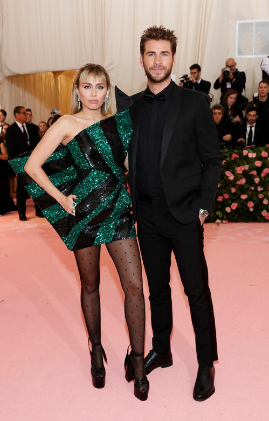 En bild på Miley Cyrus och Liam Hemsworth under Met-galan 2019.