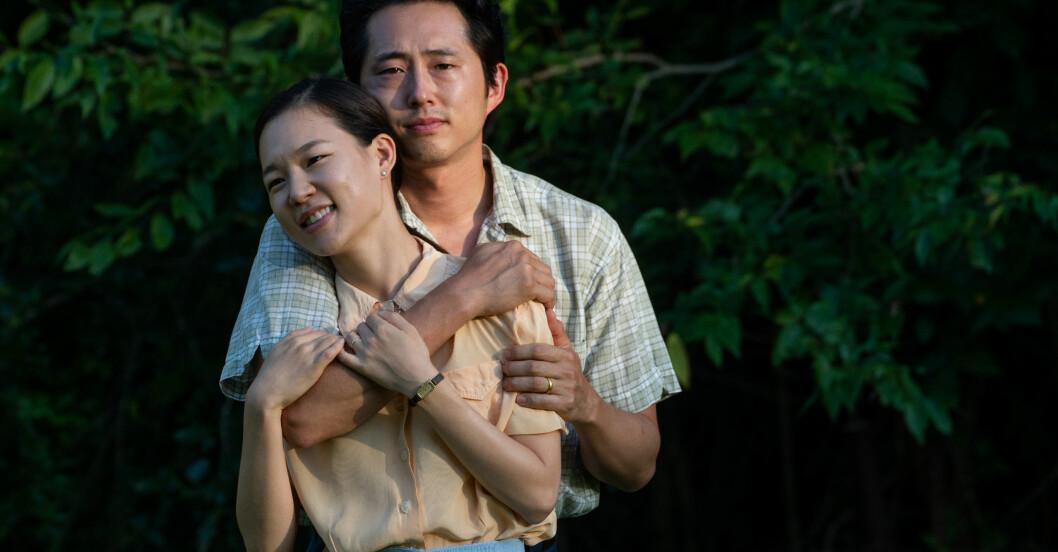 Yeri Han och Steven Yeun i filmen Minari.