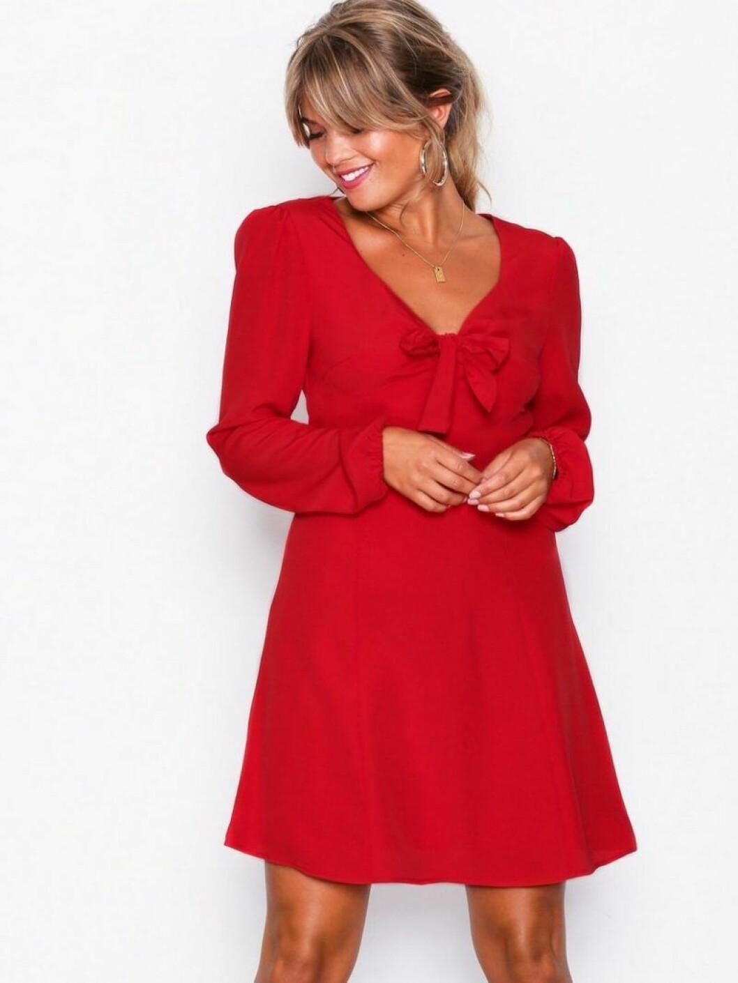 Röd klänning med rosett