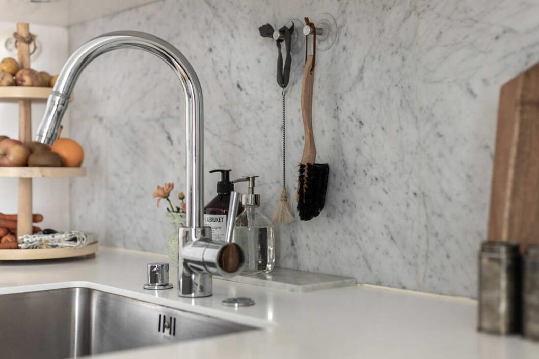 Kök i vitt med detaljer i marmor och krom