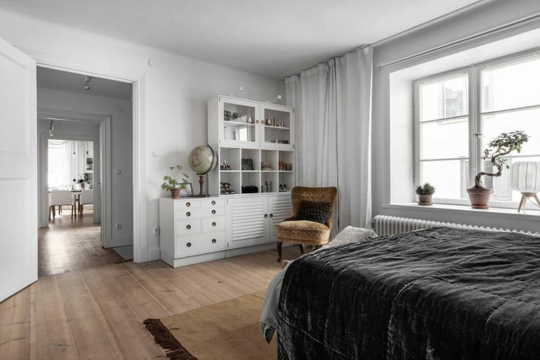 Rymligt sovrum i ett gårdshus på Södermalm i Stockholm