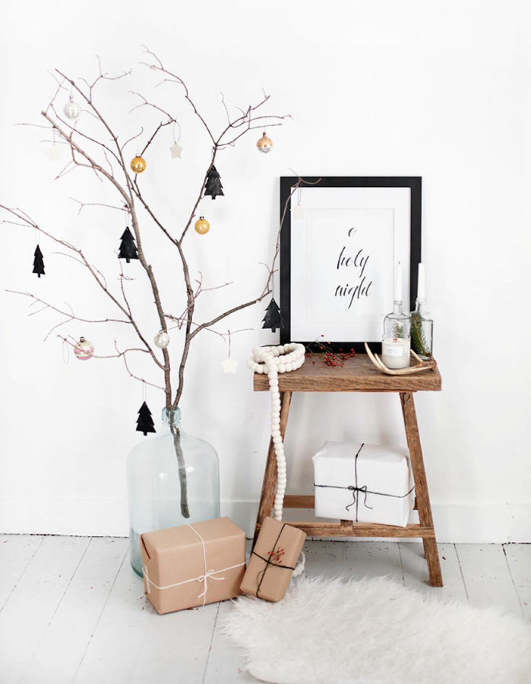 Dekorera en gren med julgranspyntet för en minimalistisk julinredning