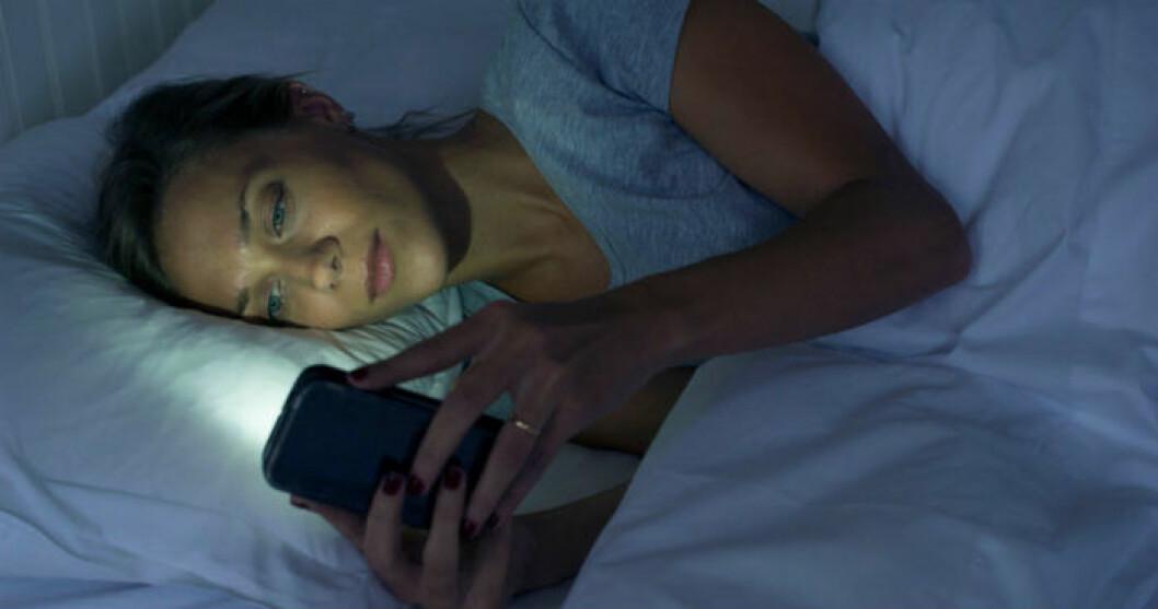 kvinna använder mobil på natten