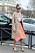 Giovanna Engelbert i färgglad och mönstrad outfit. Hon matchar en rosa kuvertväska med gröna pumps.