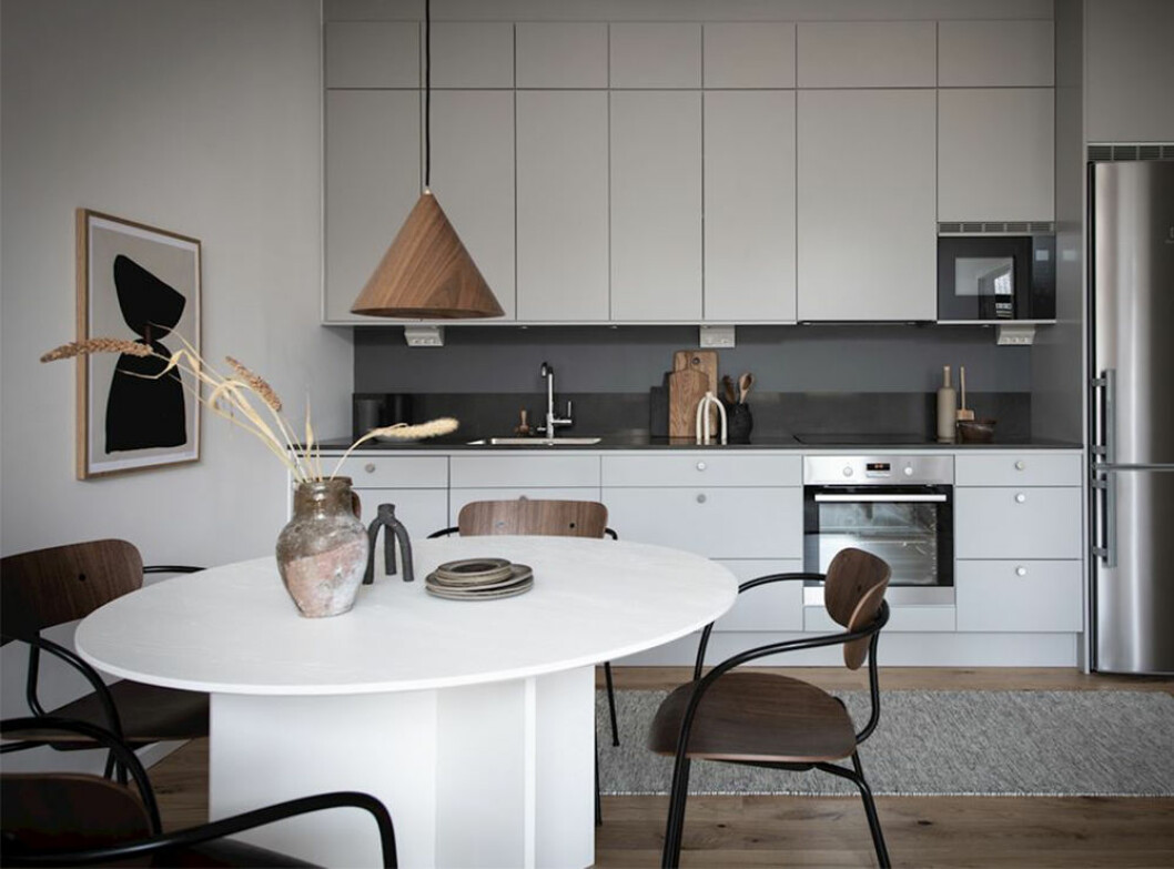Modernt kök med detaljer i naturmaterial