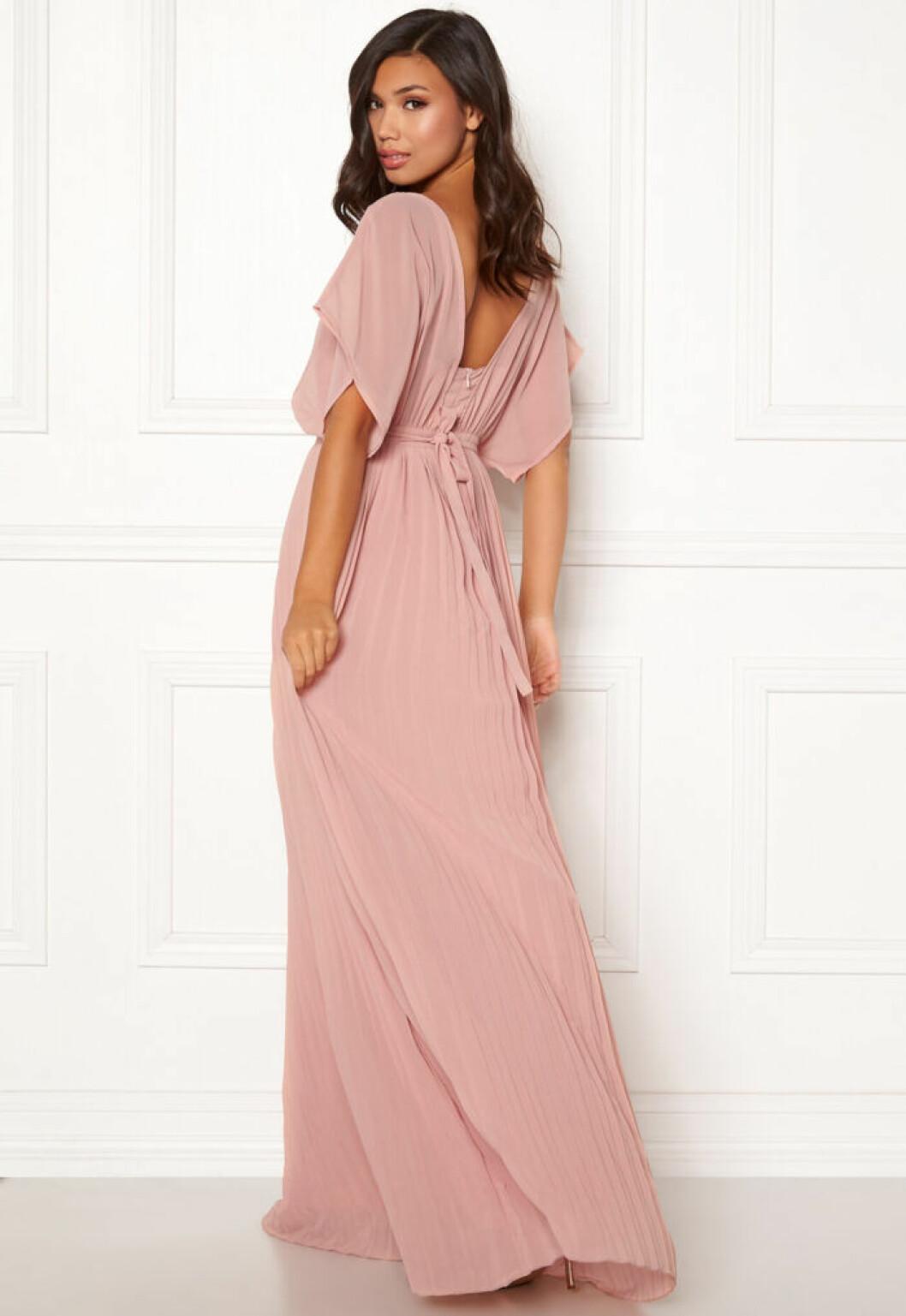 En bild på en långklänning med plisserad kjol från Moments New York.