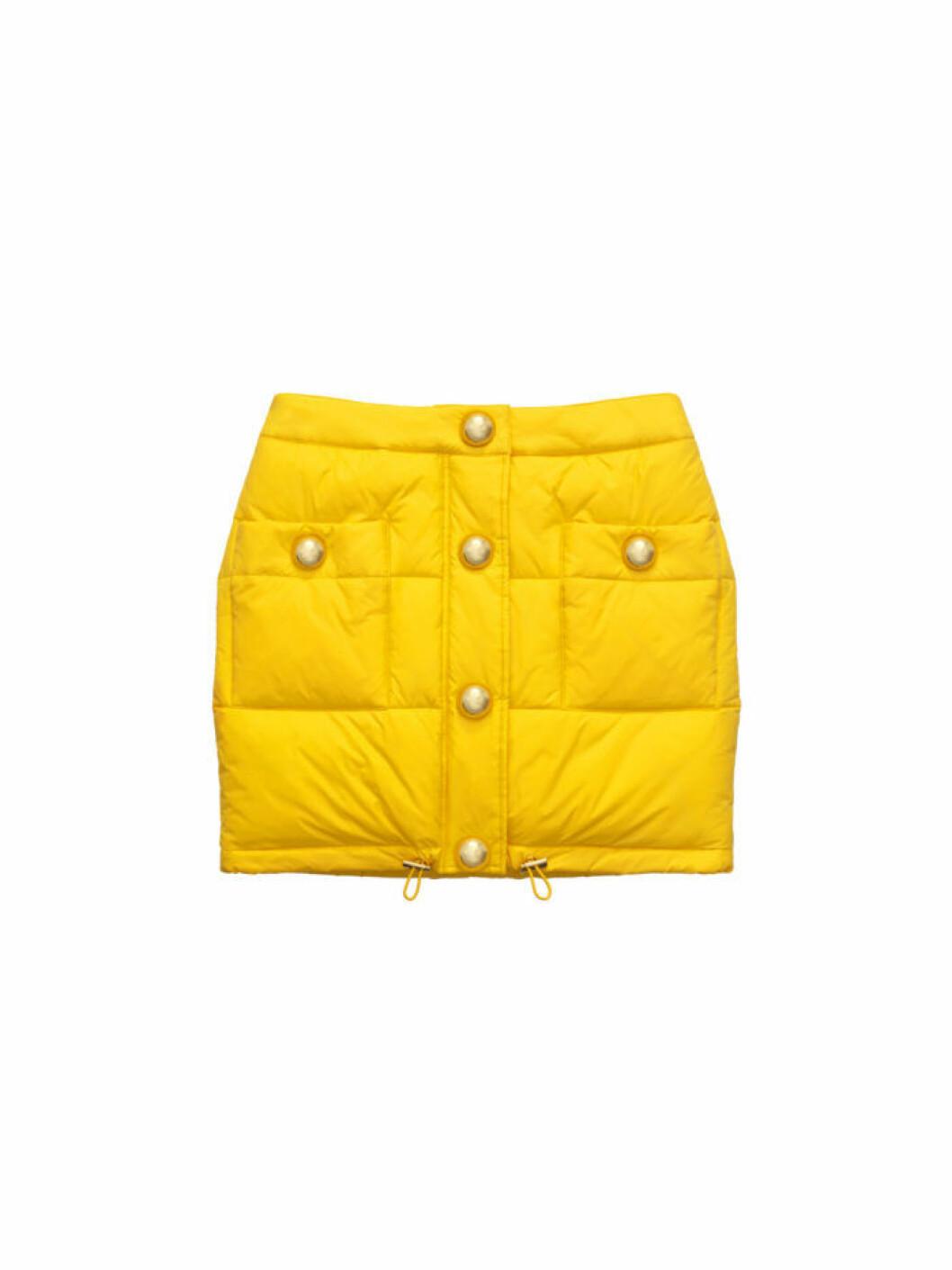 Gul kjol med guldiga knappar i vadderat material ur Moschino [tv] H&M