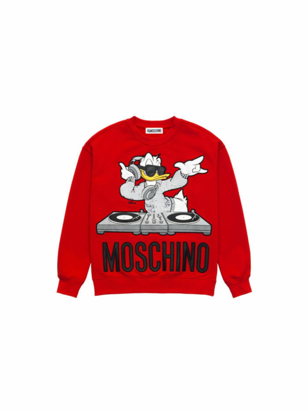 Kalle Anka på en röd sweatshirt Moschino [tv] H&M