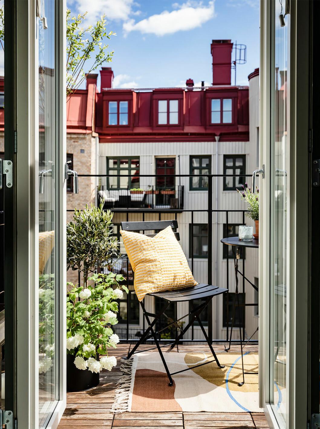 Mysig balkong i Göteborg med textilier och växter