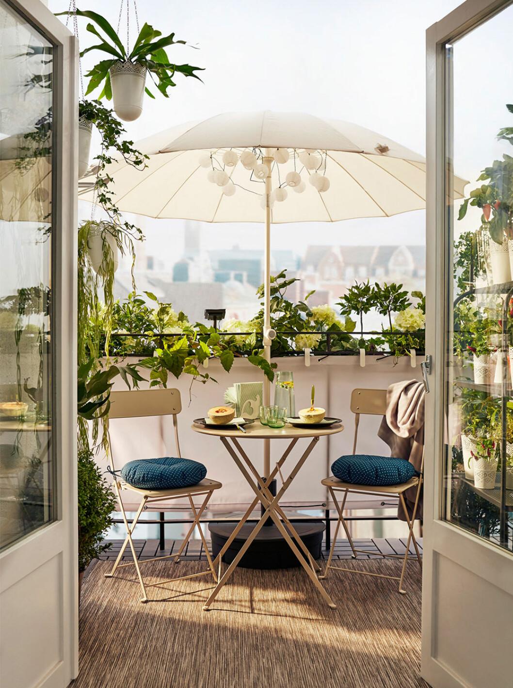 Fin balkonginredning med parasoll