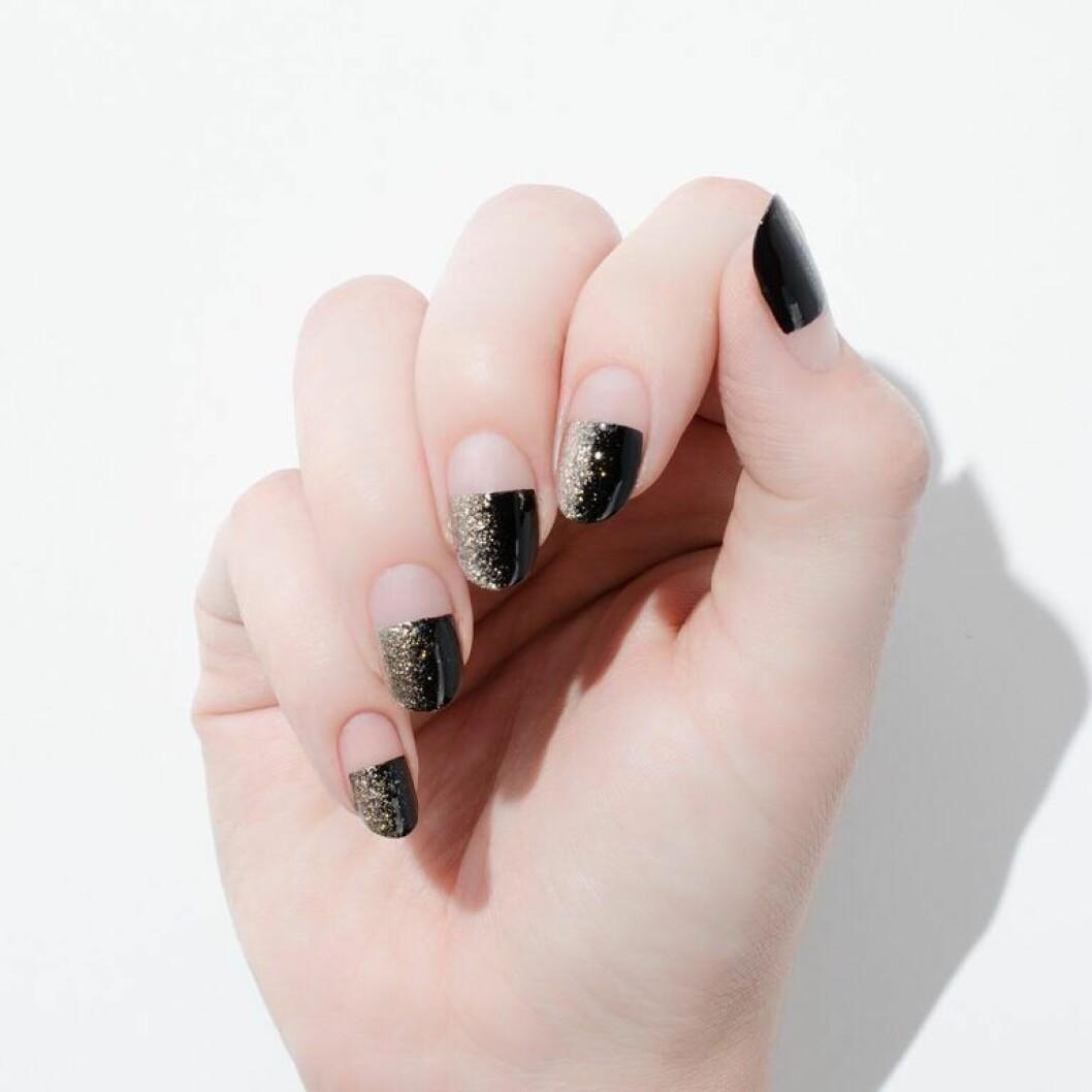 En bild på en nagellackning med svart, horisontell glitterombre.