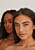 Bild på modeller från Na-kd. Modellerna har tunna chokers/halsband gjorda av pärlor.