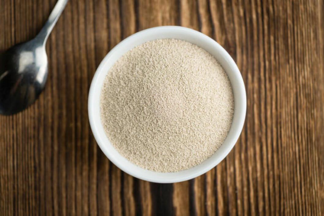 Näringsjäst innehåller vitamin B och protein och kan ätas av veganer.