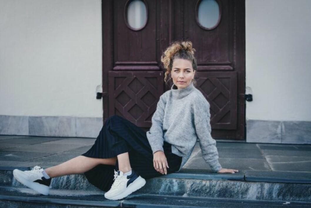 Natalie Carrion sitter på en trappa
