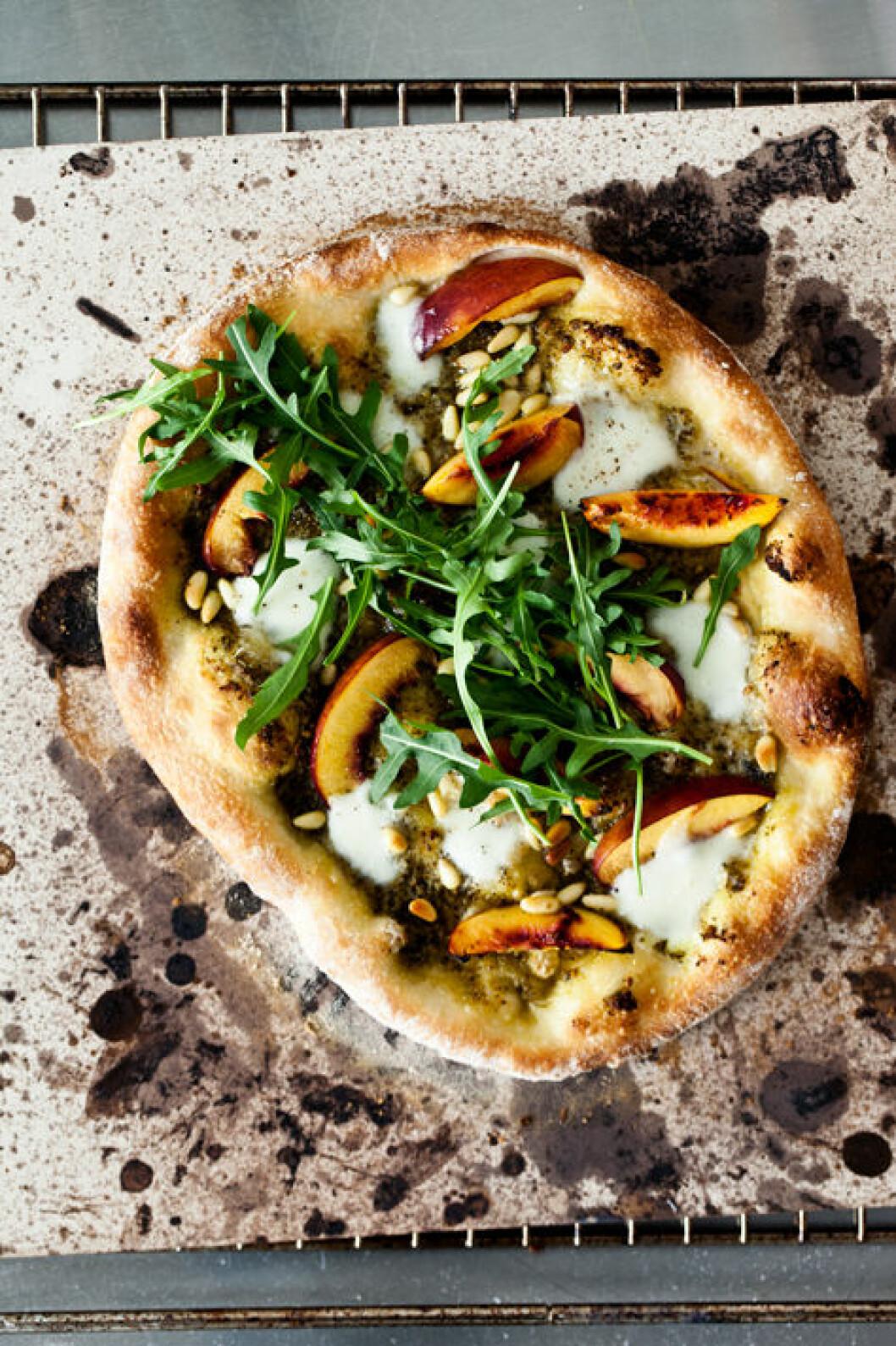 Bjud på pizza med nektariner & rucola. Kvaliteten på hämtpizza varierar så vi kör med säkra kort och bakar vår egen.