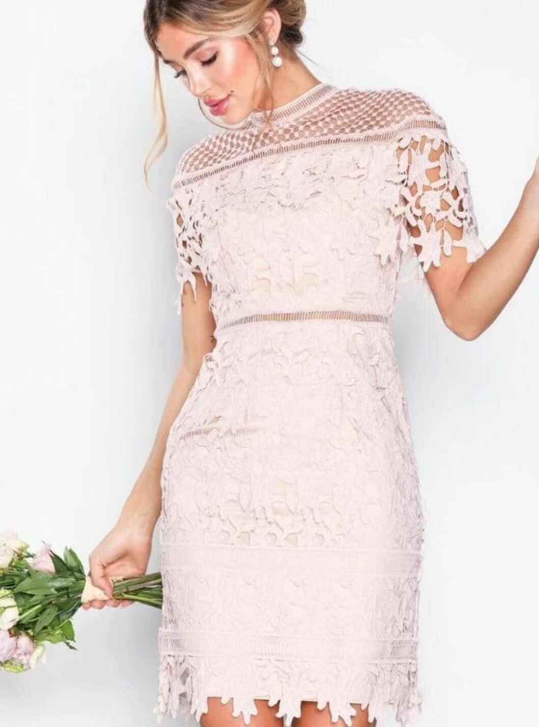 En bild på en ljusrosa klänning i spets från Chi Chi London.