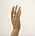 En hand med en bred, silverring med struktur på långfingret. Ring från Nootka jewlery.