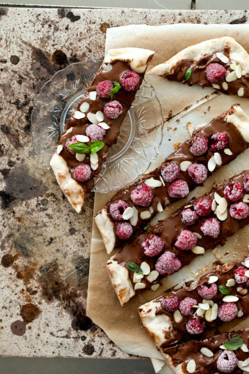 Nutellapizza med hallon och mynta.