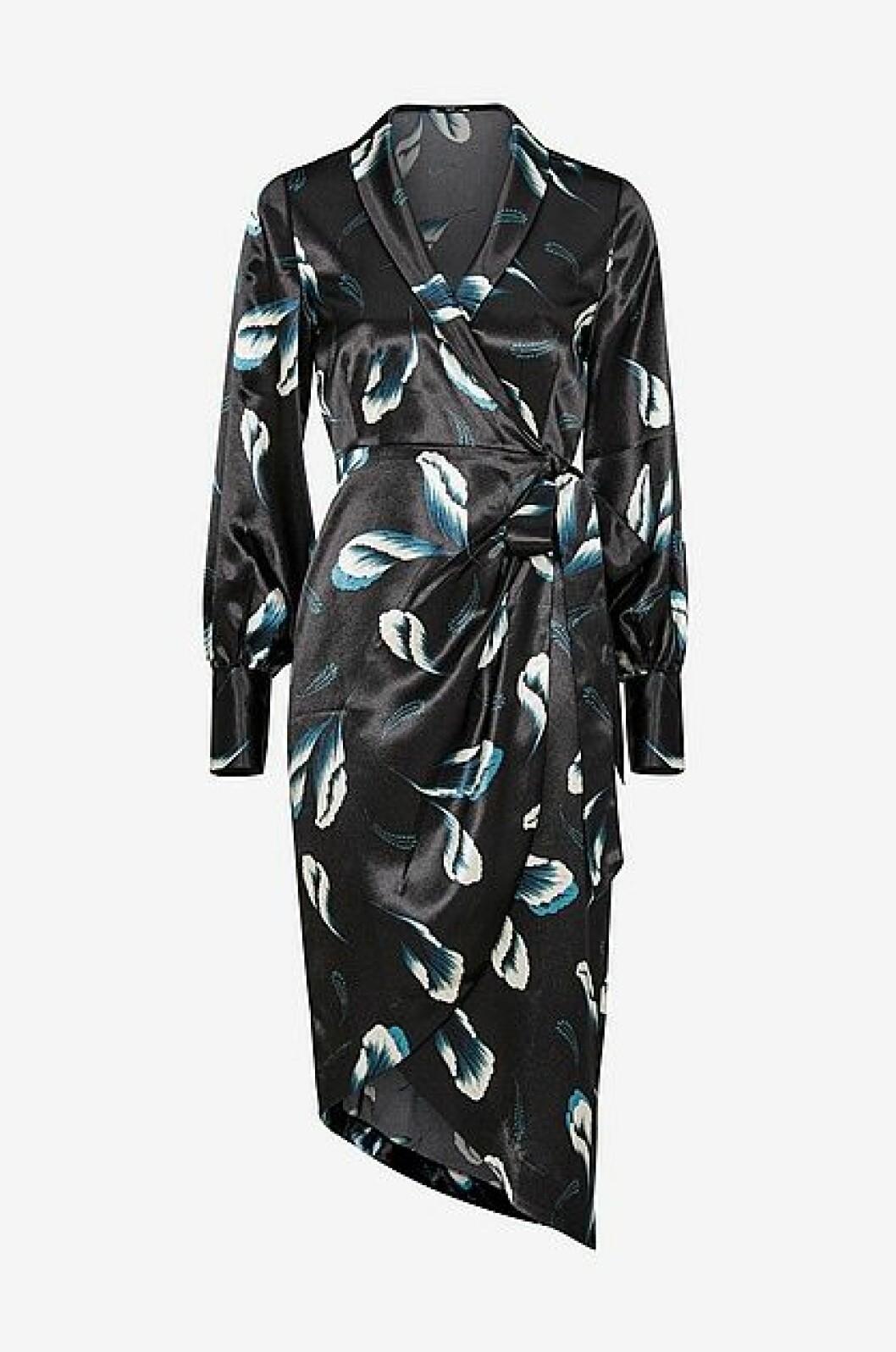 Mönstrad omlottklänning i silkigt material, ur Anja och Filippas kollektion för Ellos