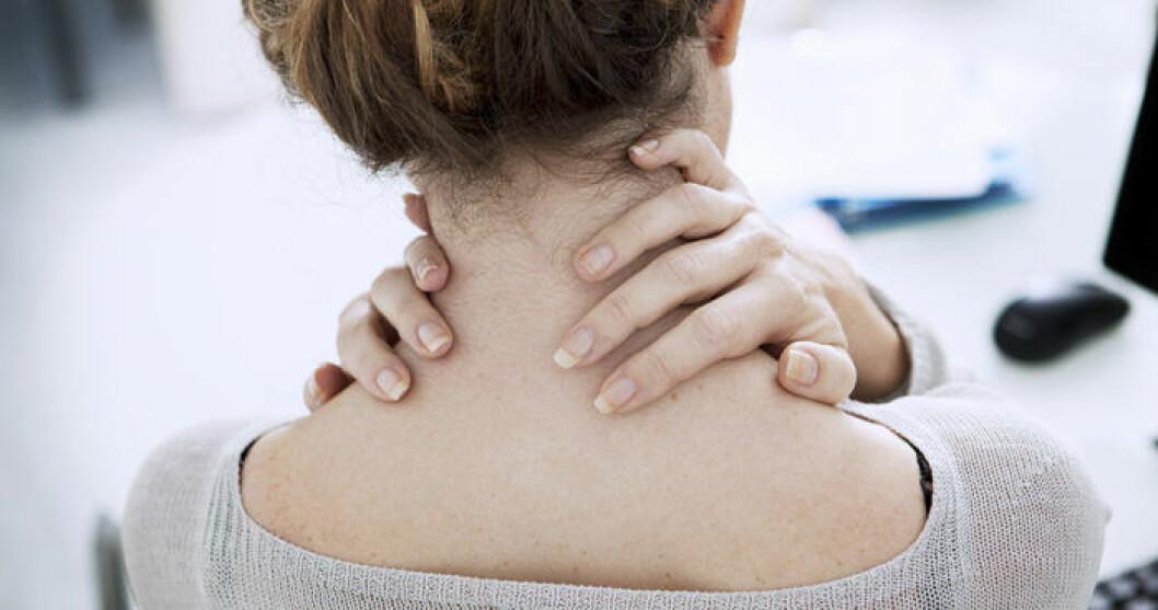 En kvinna har ont i nacken. Smärtor i nacke och rygg kan bero på dålig hållning.