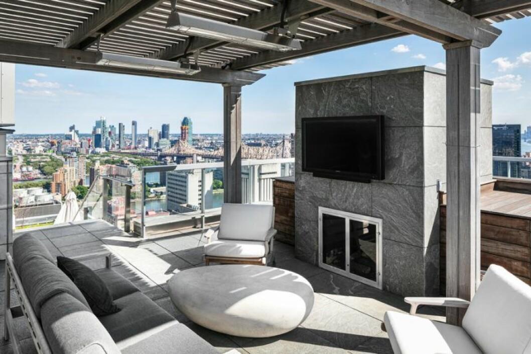 Öppen spis och tv på en av terrasserna.