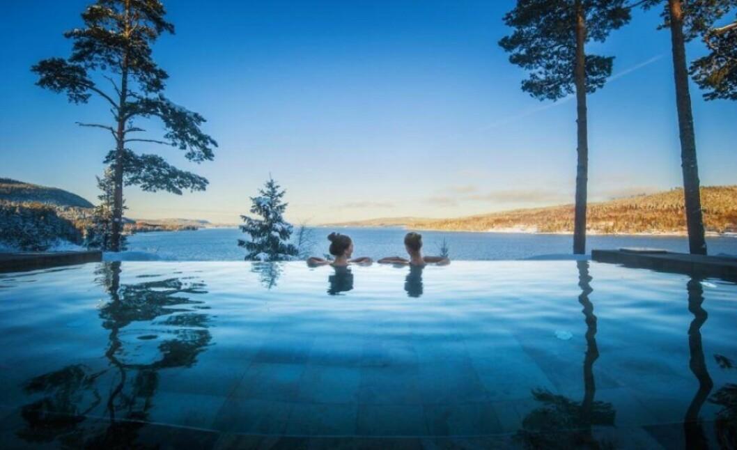 en pool med utsikt över en sjö