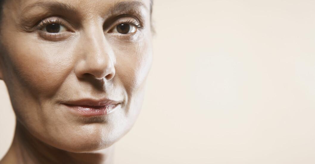 osminkad kvinna med bruna ögon och fräsch hy