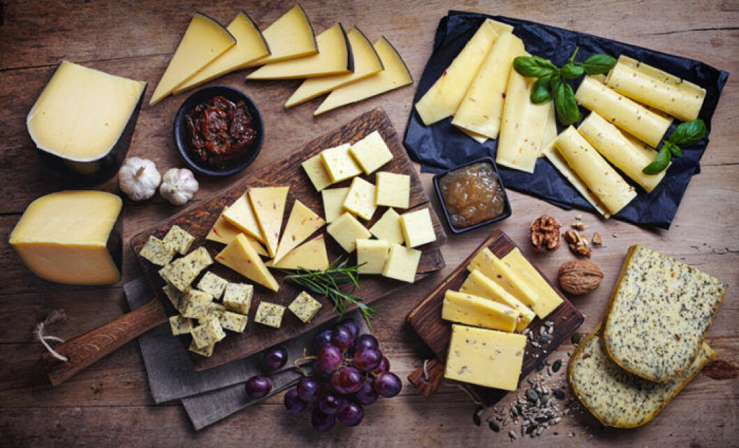 Ostbricka med olika sorters ost, marmelad, vindruvor och nötter.