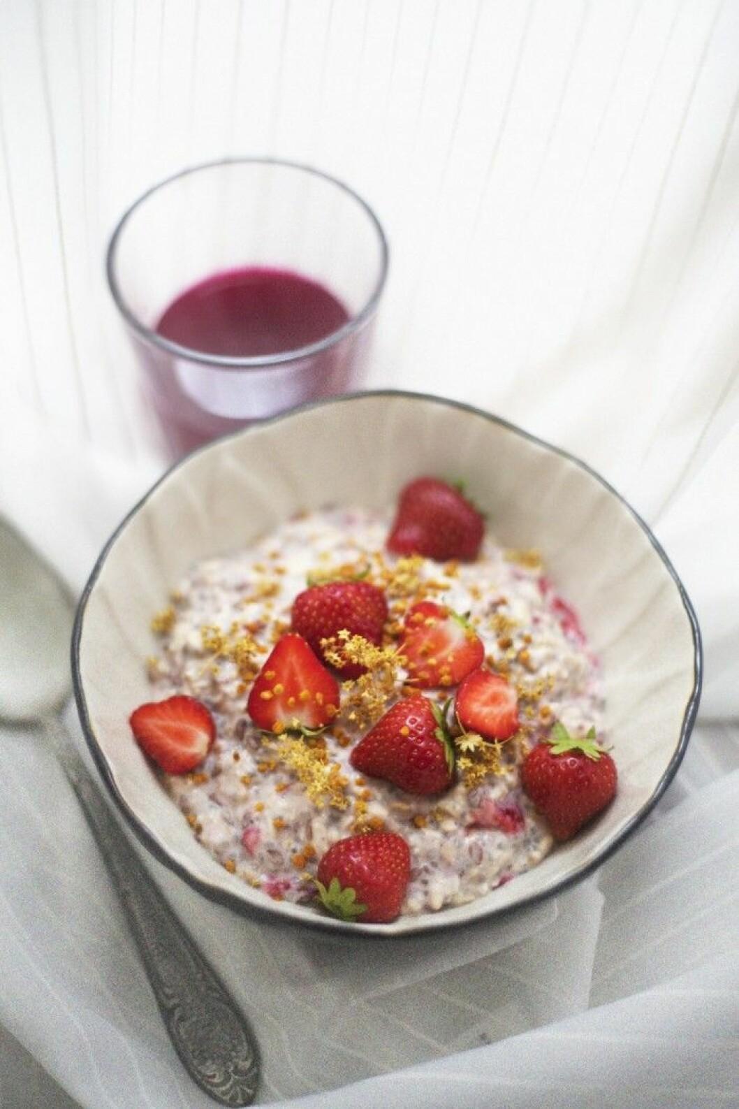 Overnight oats med jordgubbar & daggkåpa