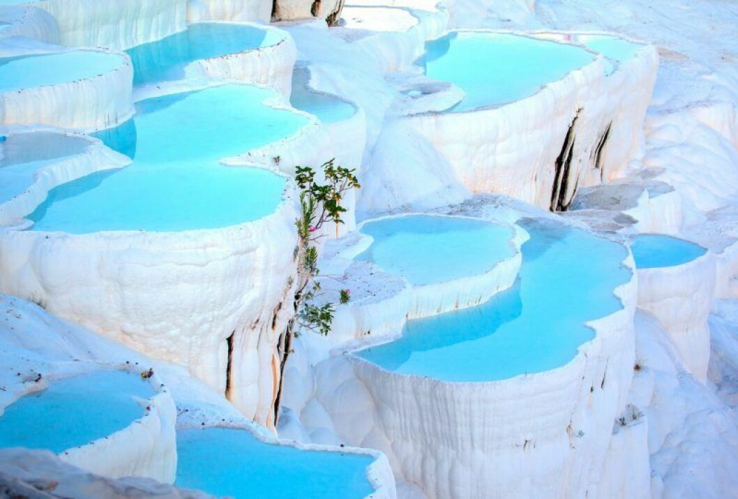 vita klippor och turkost vatten