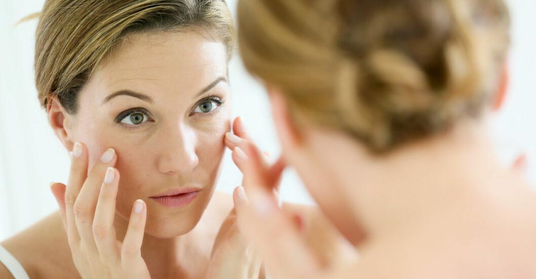 kvinna tittar i spegeln