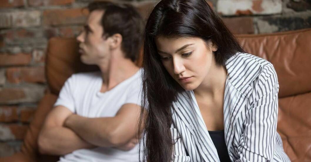 Par med problem i relationen sitter i en soffa