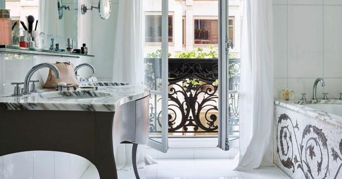 lyxigt badrum med balkong