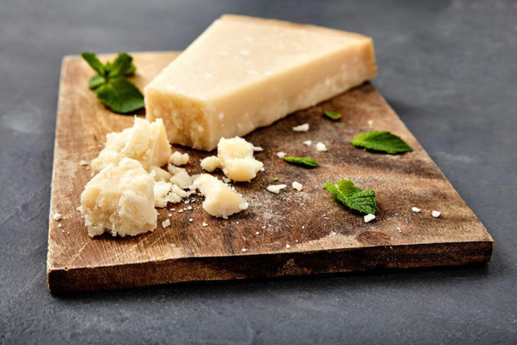 Blanda gärna lite mjöl i den rivna osten om du ska frysa den så klibbar den inte ihop.