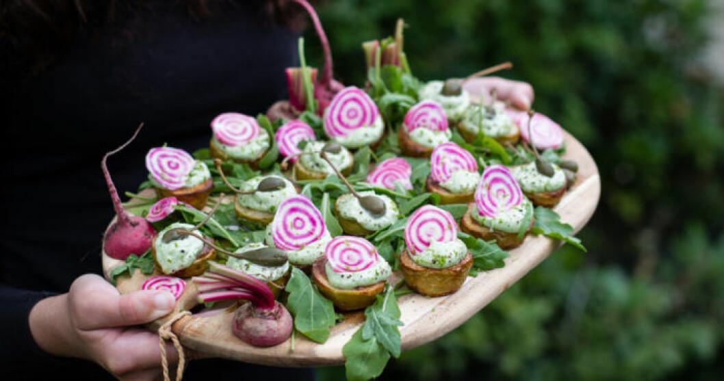 Potatishalvor med grön aioli och polkabetor