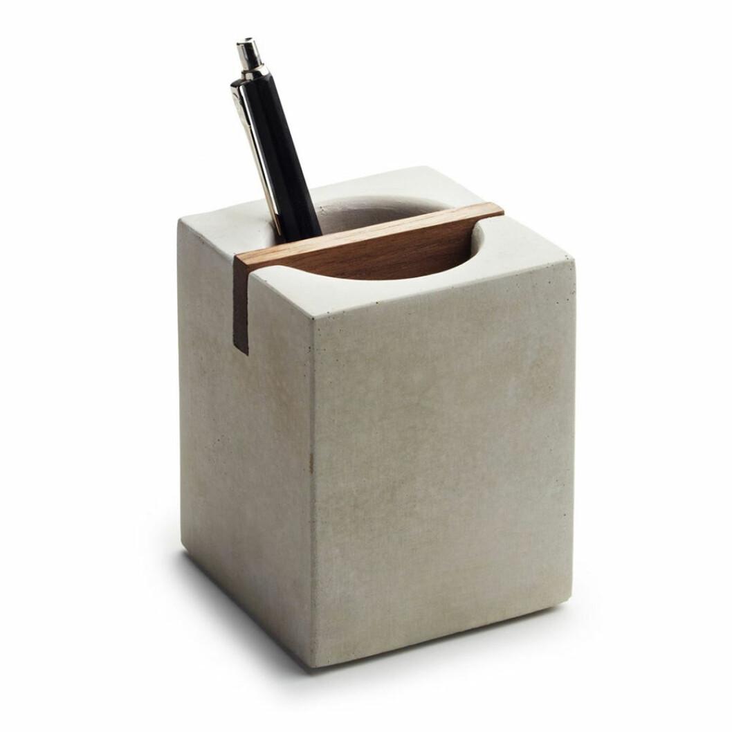 pennställ i betong och valnöt