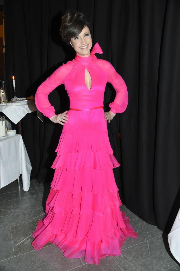 Petra Mede i en chockrosa klänning från Lars Wallin