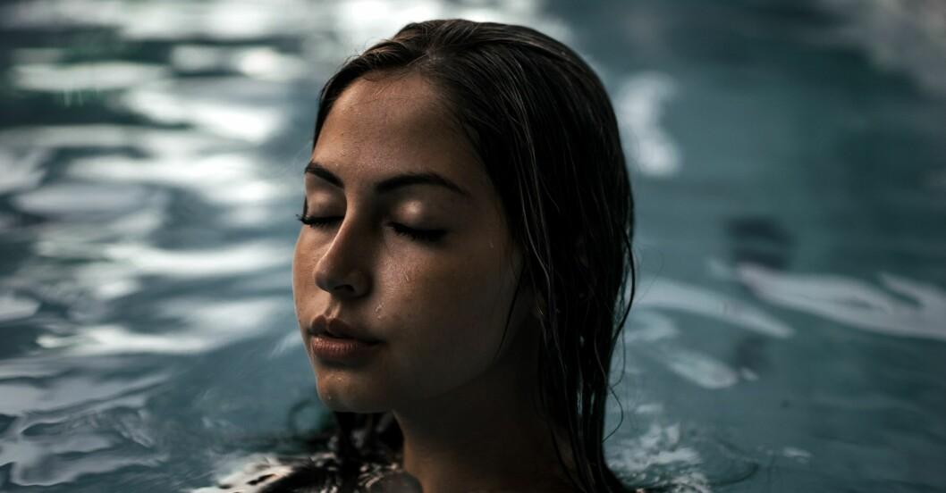 Kvinna som badar i pool