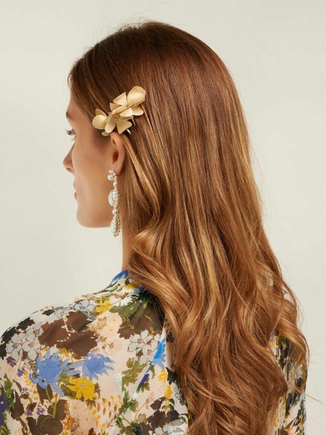 En bild på en hårnål i form av en silkesblomma från Philippa Craddocks nya kollektion på Matchesfashion.com.