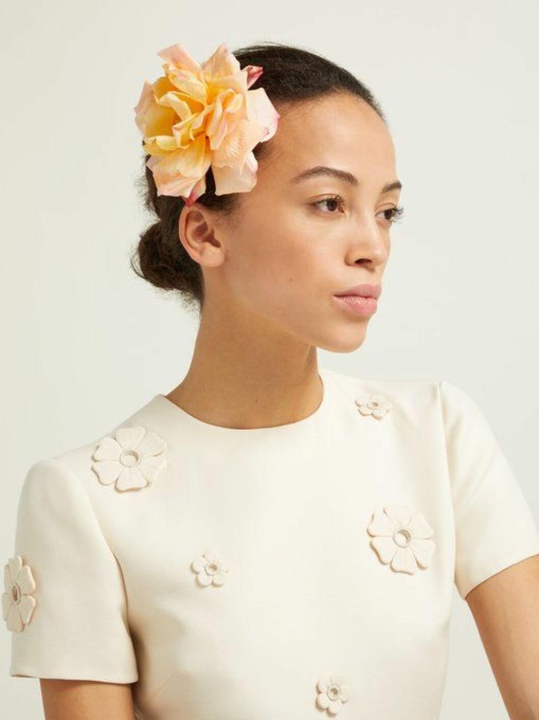 En bild på en hårnål i form av en ros från Philippa Craddocks nya kollektion på Matchesfashion.com..