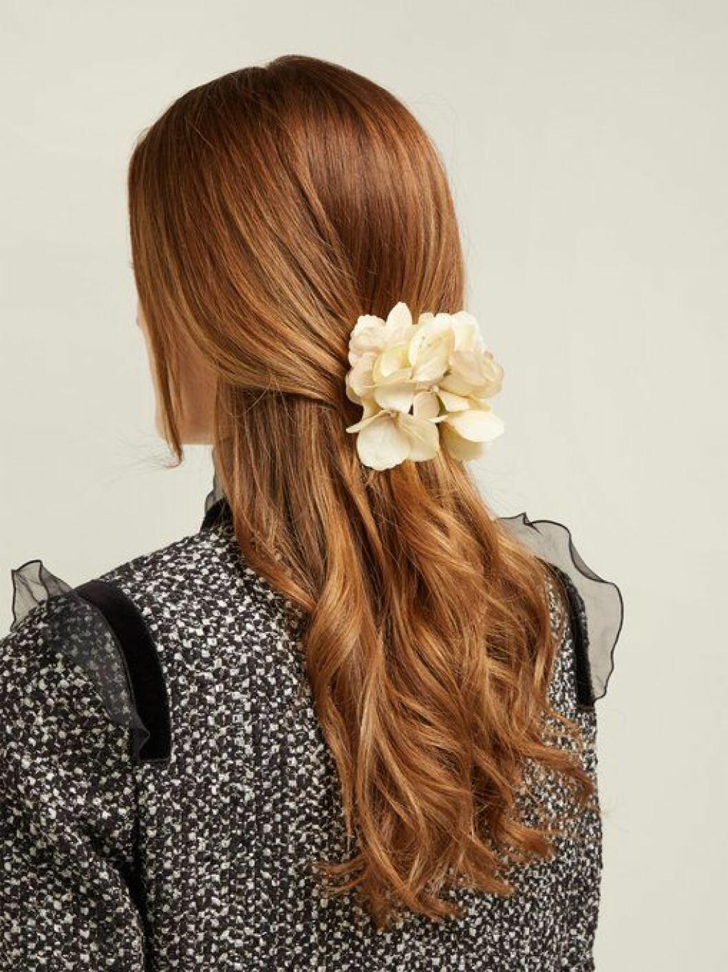 En bild på ett hårspänne i form av en hortensia från Philippa Craddocks nya kollektion på Matchesfashion.com.