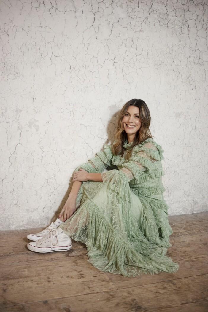 Fin grön klänning från By Malina med vita converse