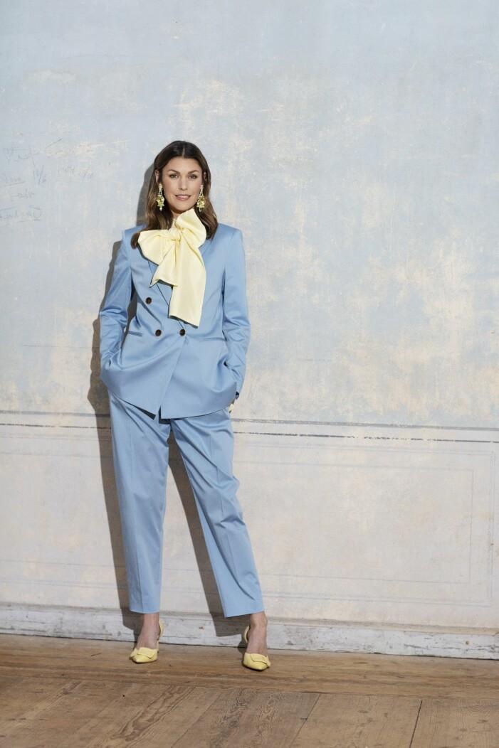 Blå kostym från Hugo Boss med en gul blus i siden från Cos