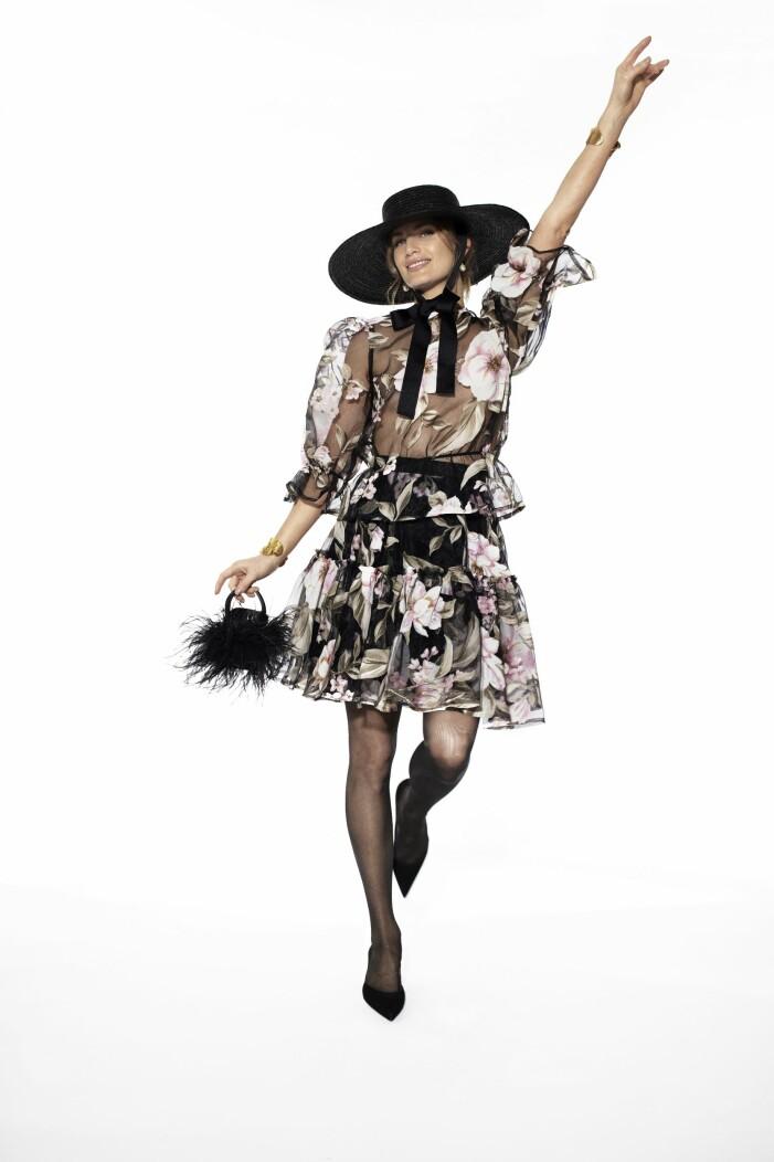 Ida Sjöstedts Snygg blommig blus med tillhörande blommig kjol matchat med svart stråhatt