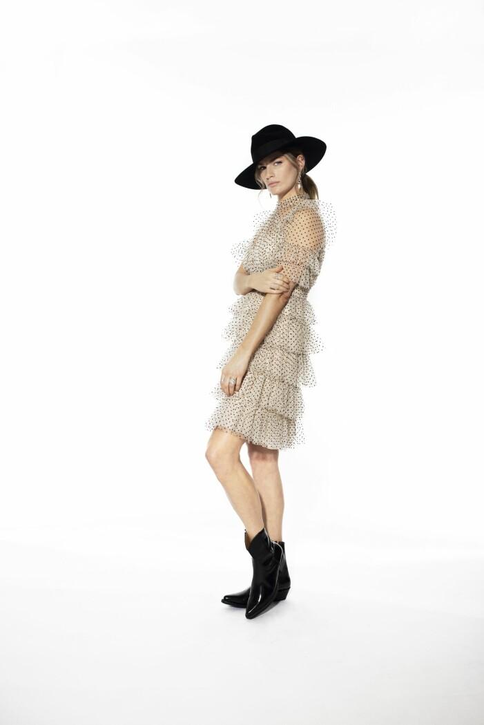 By Malina prickig volangklänning matchat med lackerade läderstövletter och spetsig tå