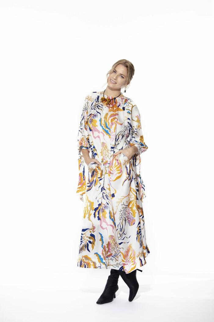 Carin Rodebjer En mönstrad klänning i siden med svarta stövletter