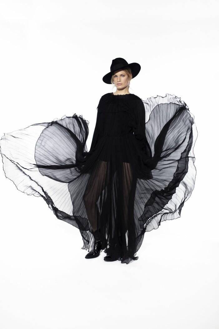 Jennifer Blom En vacker svart sidenklänning med svarta läderboots