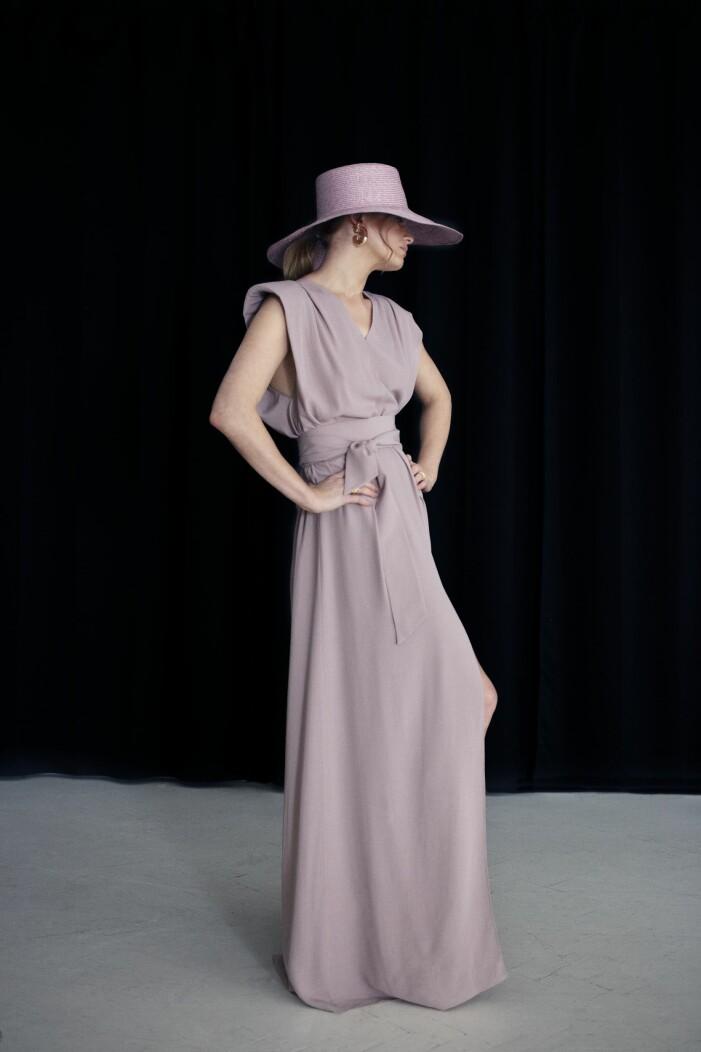 Mayla Vacker rosa klänning med en matchande rosa stråhatt